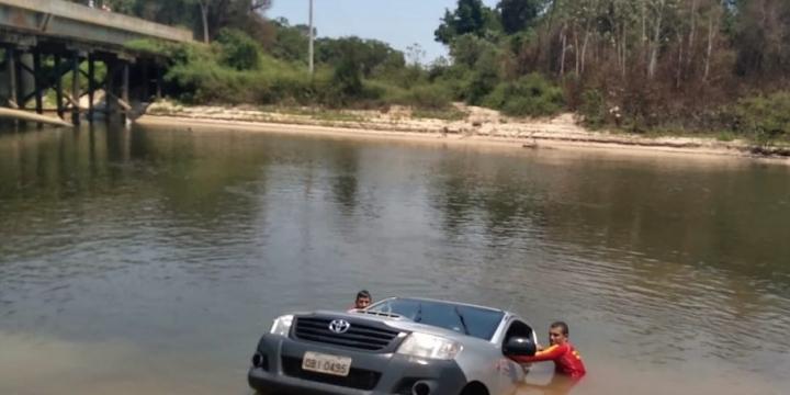 Motorista descuida e caminhonete cai em rio no Nortão